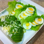 Aguacate con ensalada verde