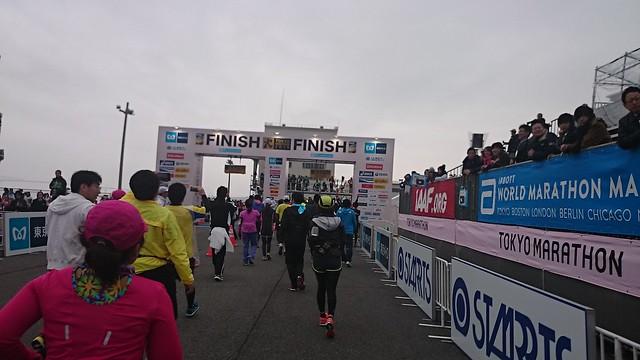 db1c551330 40km~42.195km あと、2キロで終わり。ゴールできそう。時間も余裕がある。 沿道の応援がすばらしい。なにこれ楽しい! そして、