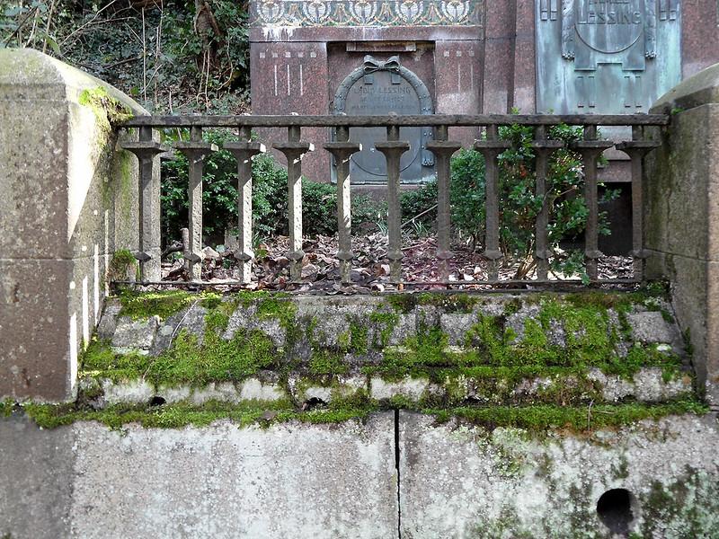 Einfassung mit Steinsäulen und schmiedeeisernem Gitter am Familiengrab Lessing in Lahnstein