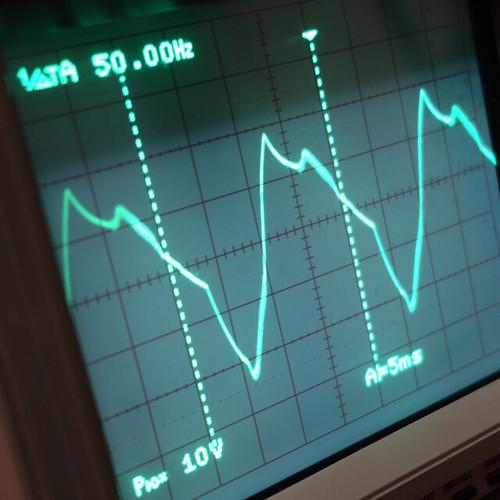 Oscilloscope_New Network Switch On_Subwoofer Off_F50_Pin5_1 オシロスコープの画面を撮影した写真。ノイズ波形が表示されている。