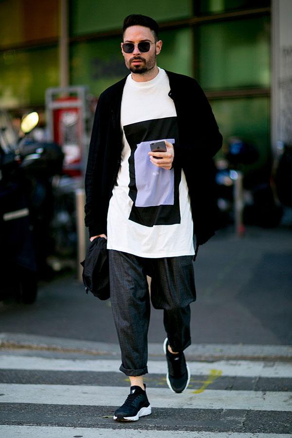 黒カーディガン×白グラフィックTシャツ×ネイビーシャンブレーパンツ×Nikeエアハラチ黒