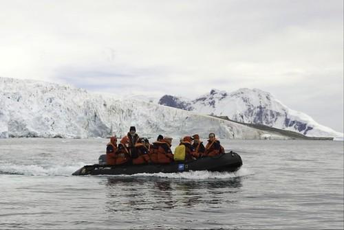 圖說:在南極洲庫佛維爾島黃道帶的遊客。