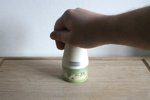 19 - Knoblauch hacken / Chop garlic