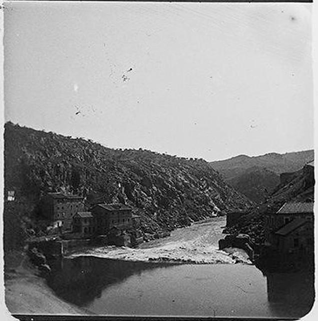 Torno del Tajo visto desde el Puente de Alcántara en 1900. Fotografía de Augusto T. Arcimis © Fototeca del IPCE, MECD. Signatura ARC-0730_P