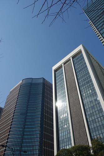 "Tokyo_28 東京都丸の内の高層ビルディング群を撮影した写真。 左は ""丸の内パークビルディング"" 、右は ""三菱東京UFJ銀行本館"" である。"
