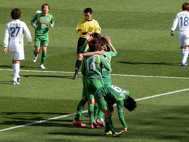 試合終了間際の得点に喜びを分かち合う。阿部選手は足が攣りそうだったのか、この合間にストレッチを施す。