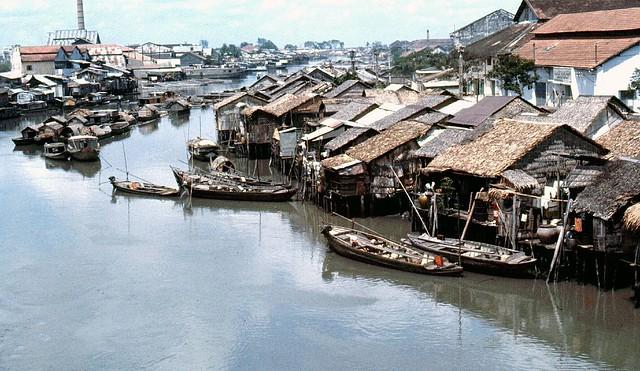 SAIGON 1964-65 - Kinh Tàu Hủ, hình chụp từ trên cầu Xóm Chỉ nhìn về hướng ra Saigon. Photo by Fred Mucciardi