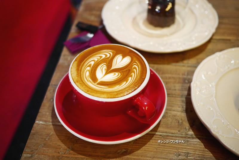 16017168998 081b5d9f4c c - LOVE PEACE CAFE │西屯區:超華麗工業風咖啡空間~黑白條紋店貓COOPER假日當家~還有老闆單人製作美麗拉花特調咖啡加精緻限量手作甜點