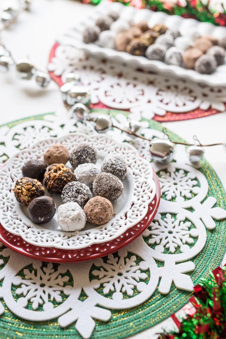 4 Ingredient Christmas Chocolate Rum Balls www.pineappleandcoconut.com