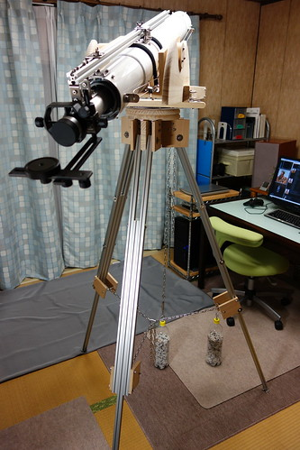 astronomical telescope_31 自作の天体望遠鏡の写真。白色の鏡面塗装の鏡筒。アルミフレームの三脚。木製の経緯台。ペットボトルに砂利を入れた錘。ステンレスワイヤーで固定されている鏡筒。