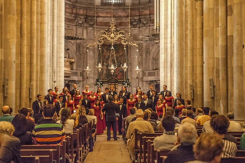 Geneseo Chamber Singers peform in the Se in Lisbon