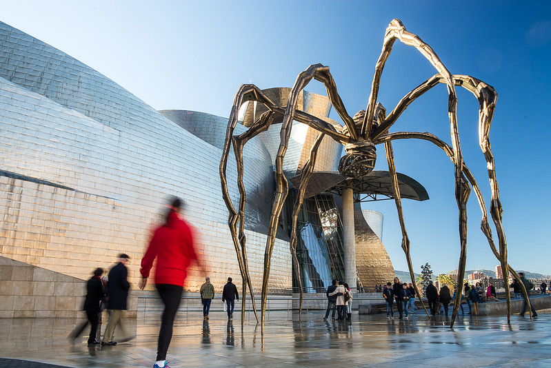 Guggenheim, la araña con nota de color