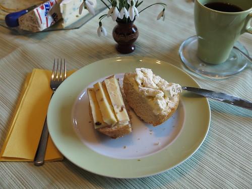 Nusskäse und Camembert auf Kartoffelbrötchen
