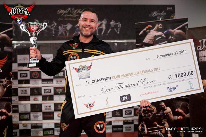 Ο Γιάννης Θεοφάνους προπονητής του Fight Club Galatsi παραλαμβάνει το πρώτο βραβείο