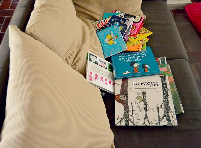 libros en el sillon