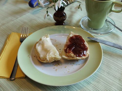 Erdbeermarmelade und Honig auf Schortie