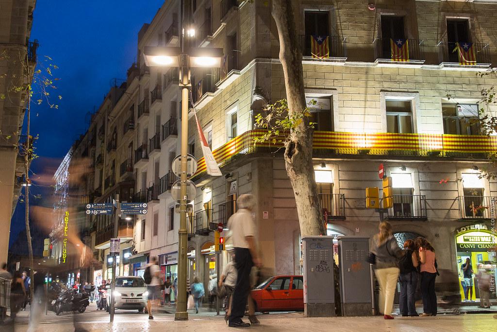 Каталонские цвета и флаги на бульваре Рамблас в Барселоне