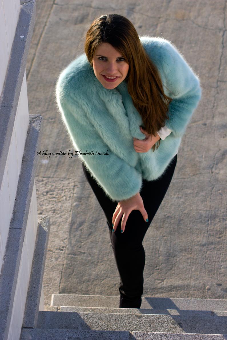 abrigo de pelo azul ZARA con jeans y botines MARYPAZ de tacón HEELSANDROSES (5)