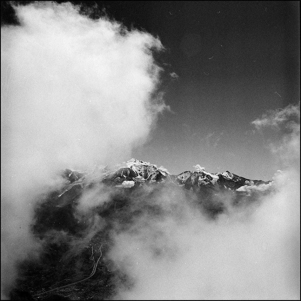 vue furtive sur le Mont-Blanc entre les nuages