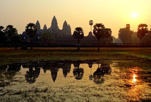 sky water sunrise temple cambodge cambodia eau angkorwat ciel angkor leverdesoleil etang bouddhisme indouisme siemrep