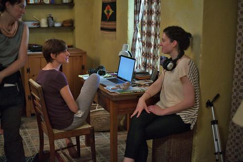 映画『ブルックリンの恋人たち』のアン・ハサウェイ(左)とケイト・バーカー=フロイランド監督(右)