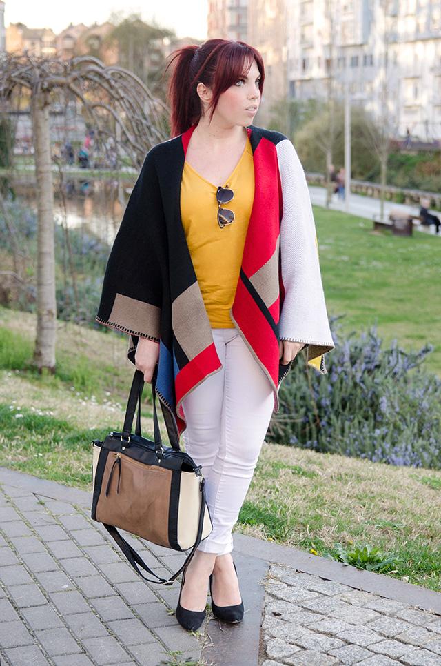 Capa estilo Burrberry de Sheinside con camiseta color mostaza.