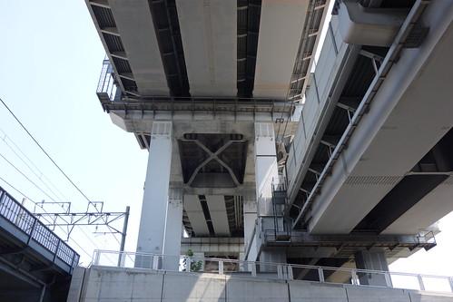 Omiya_6 高架の鉄道写真。 橋桁の直下から見上げた様子。 鋼鉄の橋脚とコンクリートの橋桁。