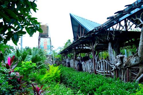 「太巴塱大地廚房休閒工坊」,是遊客進入部落的門戶,也是蕭明山在部落的工作室,從鋼筋到裝飾,都是由他一手砌成。(記者謝宗璋/攝影)