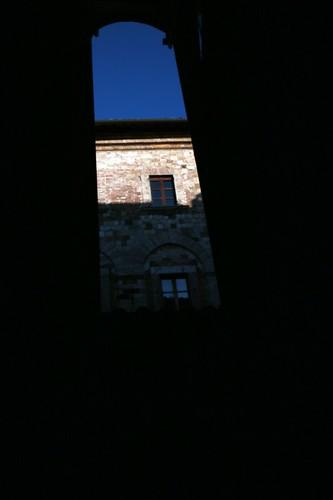 Montepulciano: riflesso su finestra