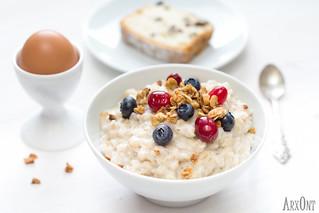Oatmeal porridge with berries and granola
