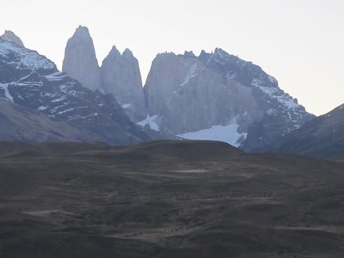 Torres del Paine: trek du W. Jour 5: il est 19h et les Torres sont clairement visibles (du bus) ! Quelles sont vicieuses quand même ces Torres ! ;)