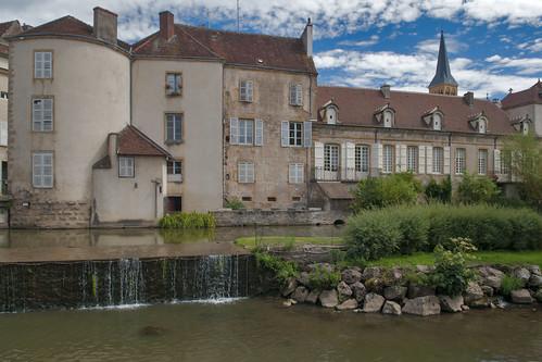 Charrolles, Frankrijk, Bourgondië, Regio Charrollais, gezicht op het standcentrum met beek en stuw