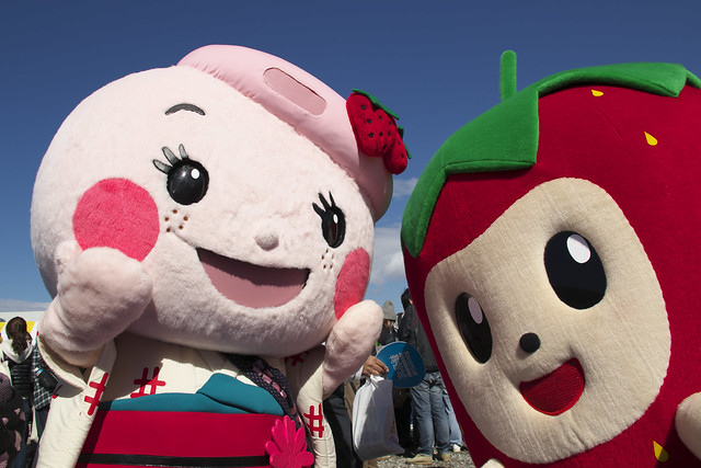 Right:Ichigo no Gotan(the mascot featuring a strawberry)(Tado Green Farm)(Tado town, Kuwana City, Mie Pref.) - 無料写真検索fotoq