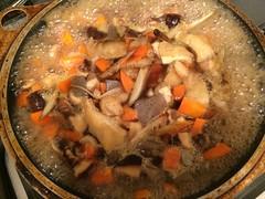 合わせ調味料と具材を加えて煮ます