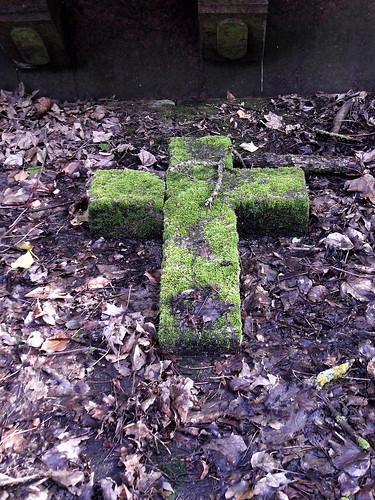 Moosbewachsenes Kreuz auf dem Familiengrab Lessing in Oberlahnstein