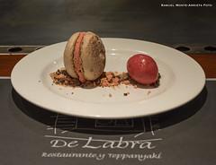 Macaron de chocolate con helado de frambuesa