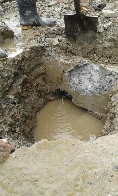 Adecentan calle después de arreglar daños en tuberías del agua potable