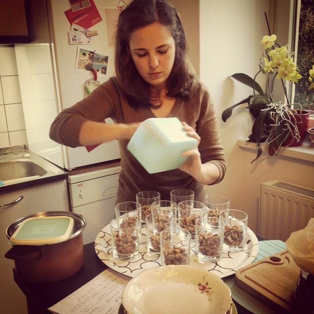 Judith beim Vorbereiten der süßen Versuchung zum Schluss: Lebkuchen | Apfelkompott