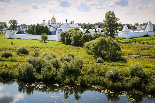 Panoramic view of Pokrovsky Monastery, Suzdal, Russia スズダリ、丘から見下ろしたポクロフスキー修道院