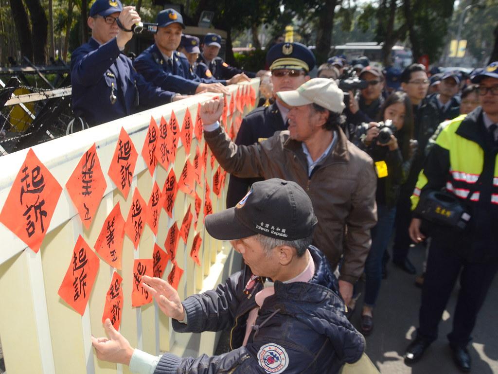 被起訴當事人及聲援社運團體將「起訴」、「正義」等字樣春聯貼於大門前,要求追究行政院流血事件。(攝影:宋小海)