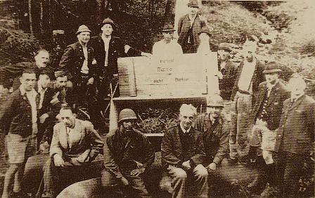 Mineros en Alteussee después de ser removidas las cajas con explosivos. Mayo 1945