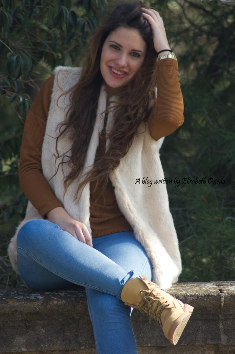 chaleco-de-pelos-blanco-jeans-y-botines-montaña-HEELSANDROSES-(1)