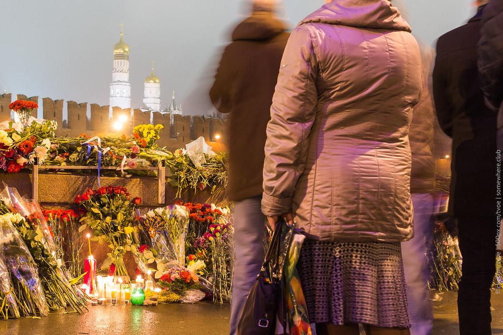 Большой Москворецкий мост, цветы у места гибели Бориса Немцова