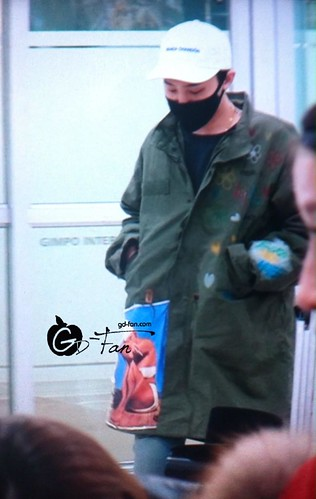 G-Dragon - Gimpo Airport - 02mar2015 - GD Fan - 01