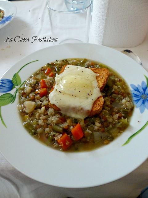 Zuppa di cereale e legumi con crostone di pane alla provola