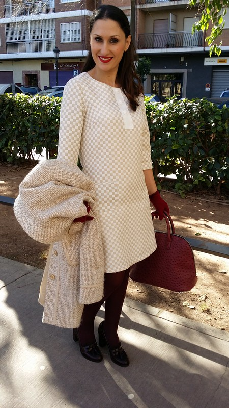 Lady, oficina, vestido, estampado damero blanco y crema, mangas francesas, 60, medias y mocasines de tacón burgundy, bolso, guantes, abrigo crema tweed, office, dress, checkerboard print white and cream, French sleeves, burgundy tights, heeled loafers, bag, gloves, cream tweed coat, Traka Barraka, Massimo Dutti, Barbara Torrijos, Studio Classics, Parfois