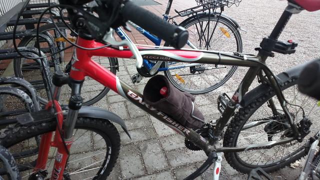 Bikehack: Coke bottle won't fit in the bottle cage? Simply stuff it in a giant mitten!