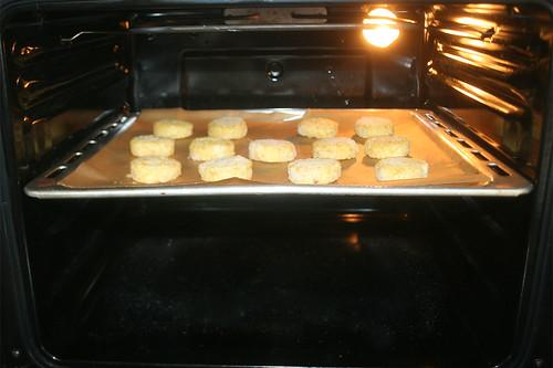 33 - Röstis in Ofen schieben / Put roestis in oven