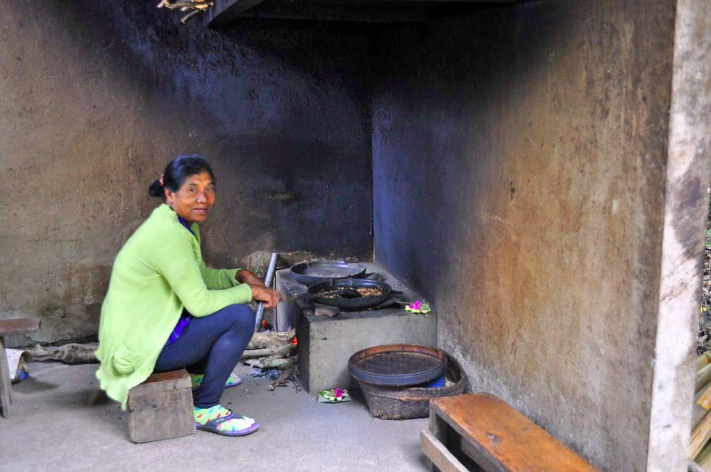 Mujer tostando los granos de café Kopi Luwak, el café más caro del mundo - 16814820235 78be5e4fc2 b - Kopi Luwak, el café más caro del mundo