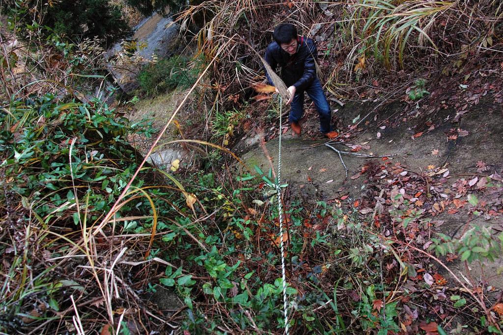 ロープを使って登る同行者